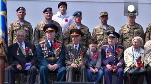 Poroşenko'dan Zafer Günü'nde Barış Mesajı