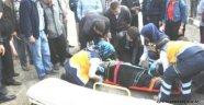 Midibüsün altında kalan kadın ağır yaralandı