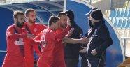Futbolcular galibiyeti polislere armağan etti