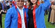 Kızıyla birlikte mezun oldu
